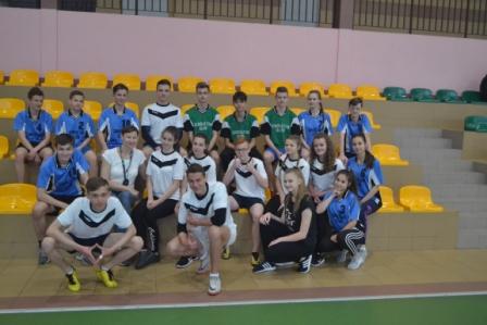 Zwycięskie drużyny zawodów młodzieżowych drużyn pożarniczych.